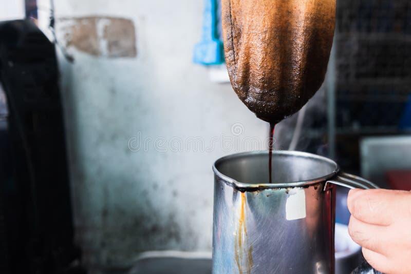 Kaufleute, die thailändischen Artkaffee auf seinem kleinen Geschäft machen stockfotografie