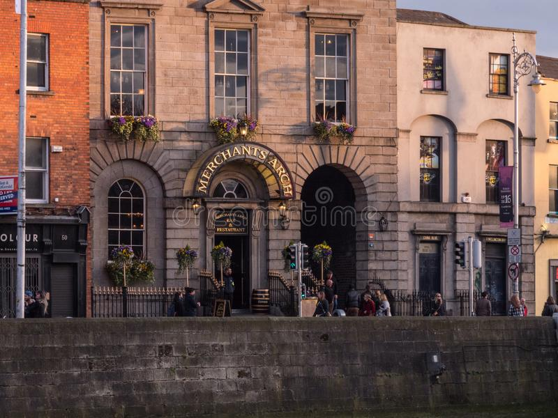 Kaufleute wölben Eingang zum Tempel-Stangenbereich von Dublin City, Irland lizenzfreie stockfotografie