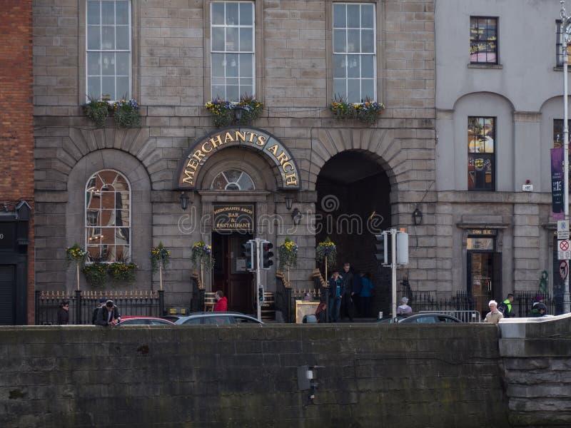 Kaufleute wölben Eingang zur Tempel-Stange, Dublin, Irland durch ha-` Penny Brücke lizenzfreies stockbild