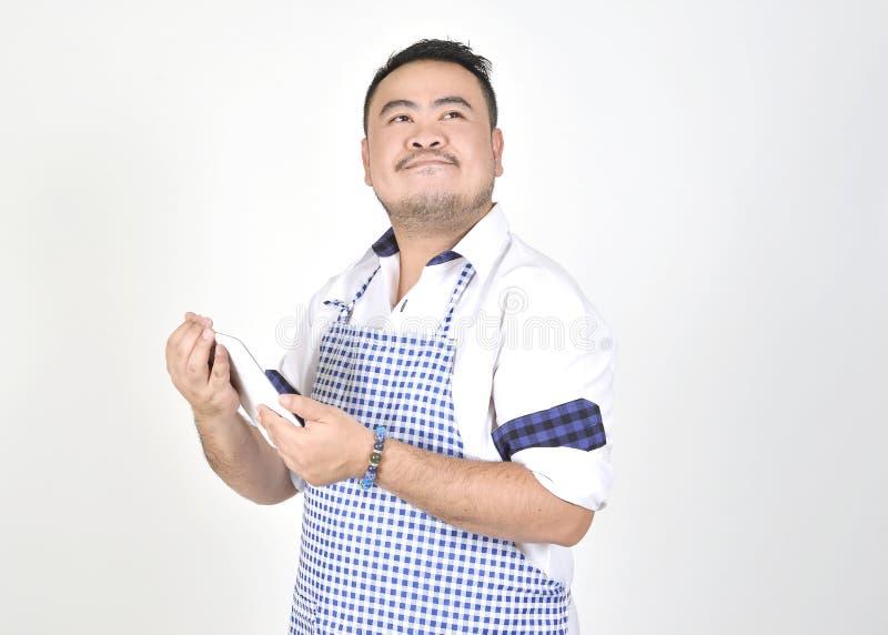 Kaufmanns-Asian-Mann im weißen und blauen Schutzblech glaubt überrascht oder aufgeregt, wenn gute Nachrichten vom Verbindungsinte stockbilder