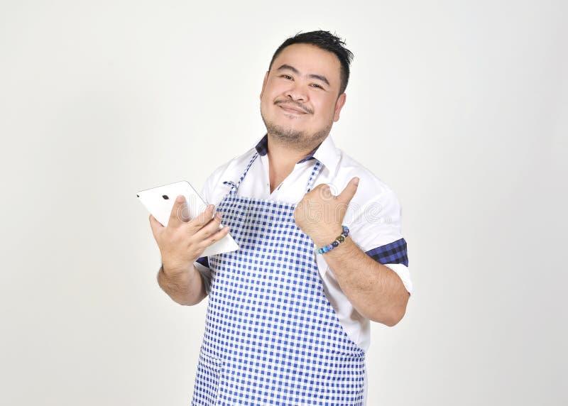 Kaufmanns-Asian-Mann im weißen und blauen Schutzblech glaubt überrascht oder aufgeregt, wenn gute Nachrichten vom Verbindungsinte stockfotografie