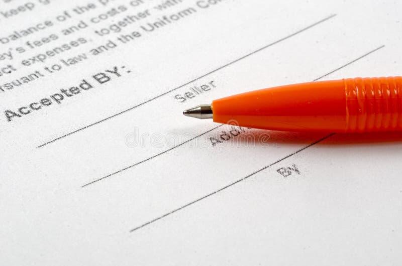 Kaufvertrag und Stift stockfotos