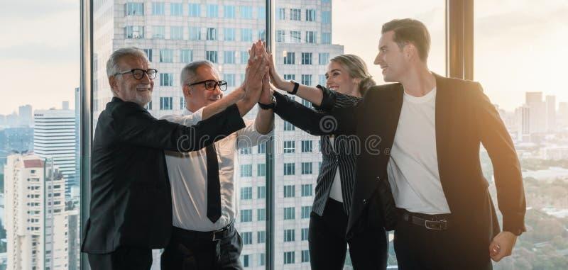 Kaukascy przedsiębiorcy mają razem piątkę, by pokazać jedność zespołu obraz royalty free