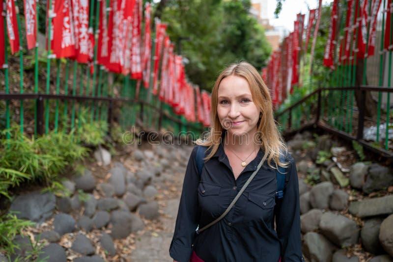 Kaukasier in einem Schrein in Tokio stockfotografie