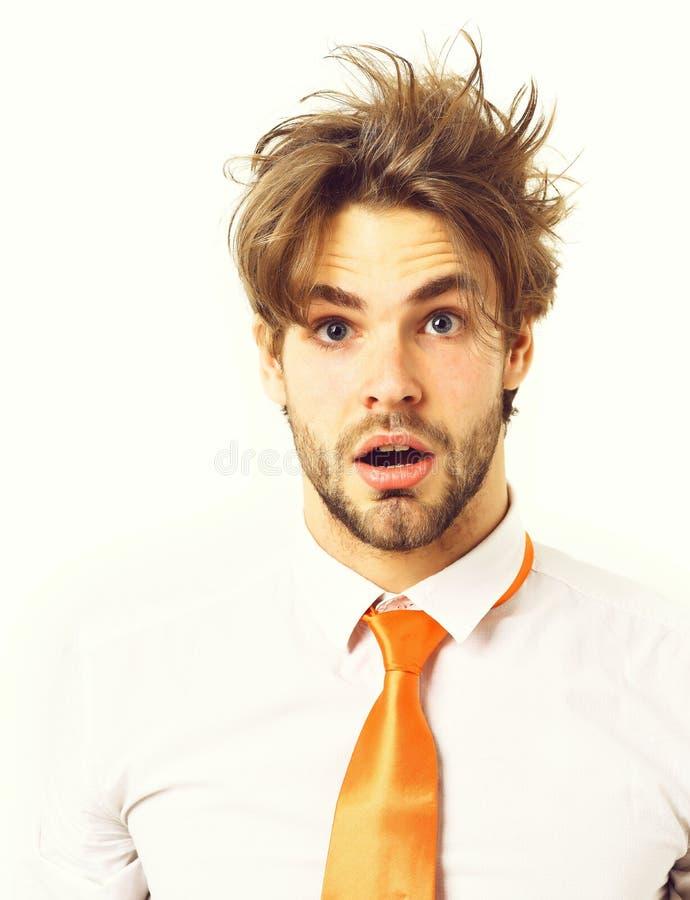 Kaukasisch überraschte Macho in sauren orangefarbenen Krawatten stockfoto