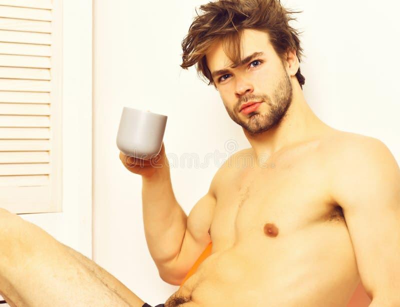Kaukasisch-bärtige sexy Macho mit Kaffeetasse lizenzfreies stockbild