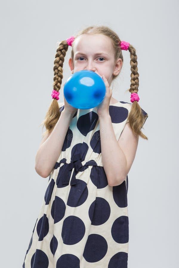 Kaukasisch Blond Meisje met Vlechten die in Polka Dot Dress Against White stellen stock foto