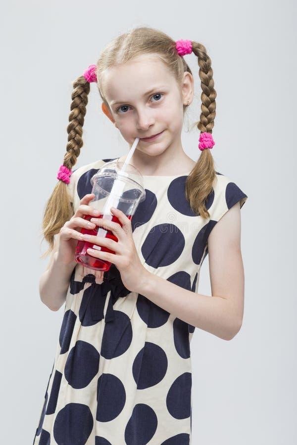 Kaukasisch Blond Meisje met Vlechten die in Polka Dot Dress Against White stellen royalty-vrije stock fotografie