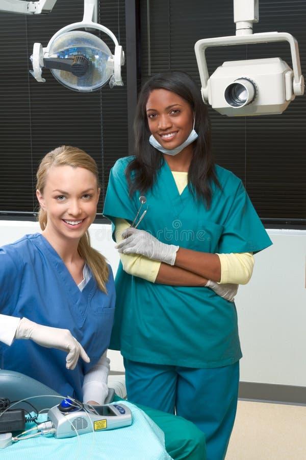 Kaukasisch en zwart de tandartsbureau van Multiethnic stock afbeelding