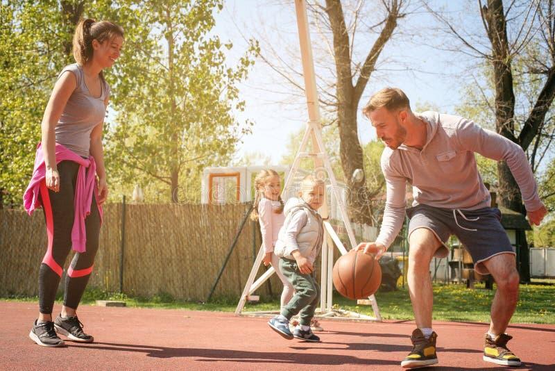 Kaukasisch familie speelbasketbal samen royalty-vrije stock afbeeldingen