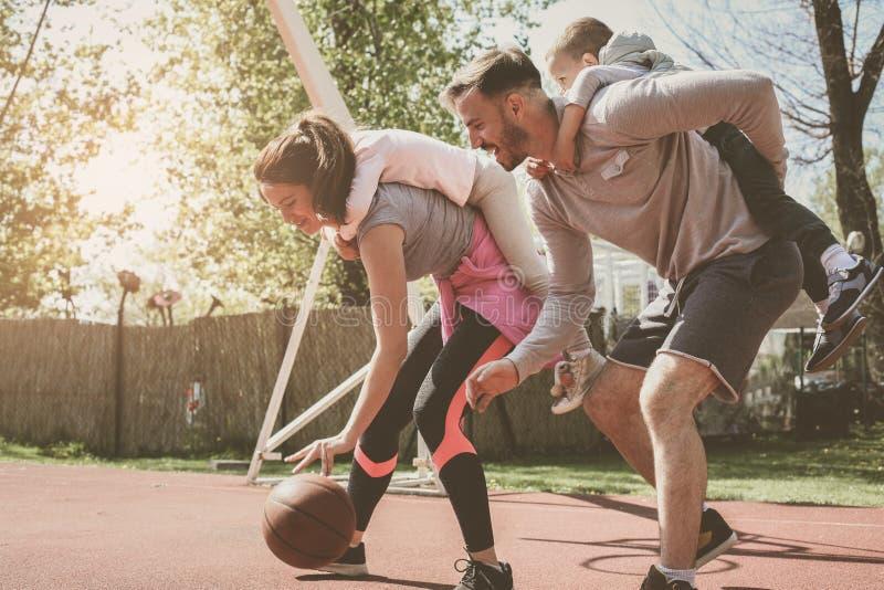 Kaukasisch familie speelbasketbal samen stock foto's