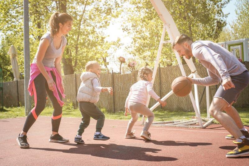 Kaukasisch familie speelbasketbal samen royalty-vrije stock foto's