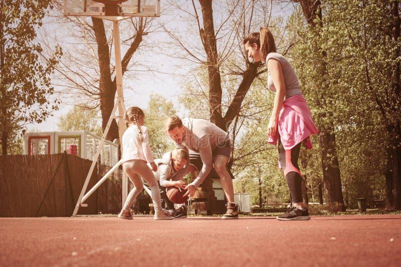 Kaukasisch familie speelbasketbal samen stock foto