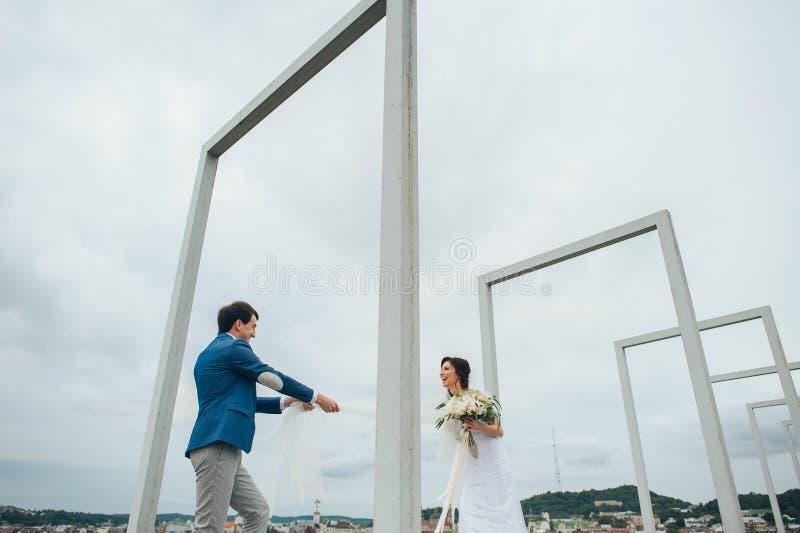 Kaukasisch gelukkig romantisch jong paar die hun huwelijk vieren royalty-vrije stock foto