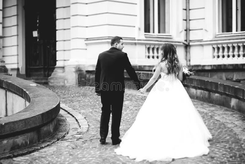 Kaukasisch gelukkig romantisch jong paar die hun huwelijk vieren openlucht royalty-vrije stock afbeeldingen