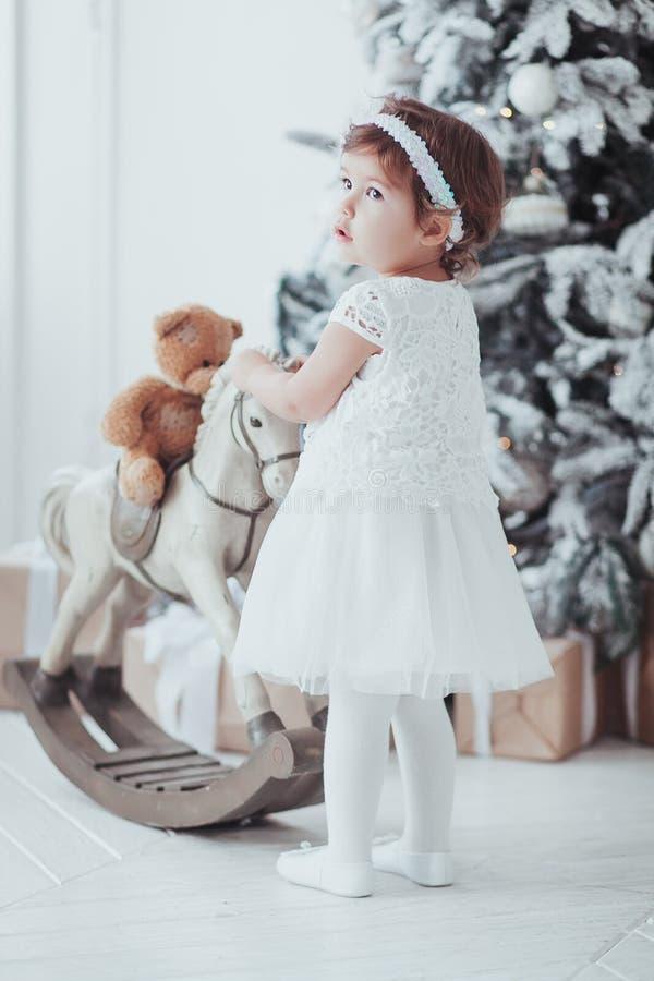 Kaukasisch klein meisje in het Witte Nieuwjaar Shooting stock afbeeldingen