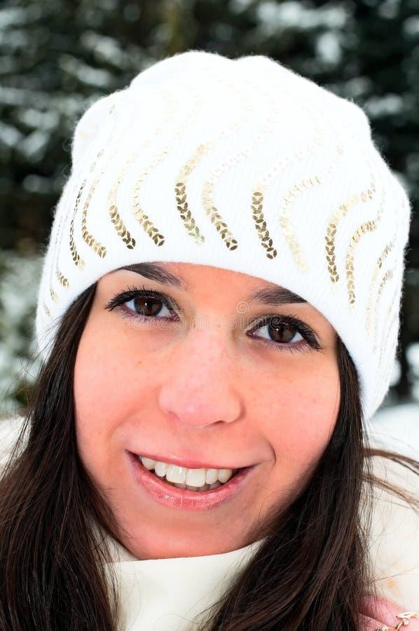 Kaukasisch meisje in de winterpark stock afbeeldingen