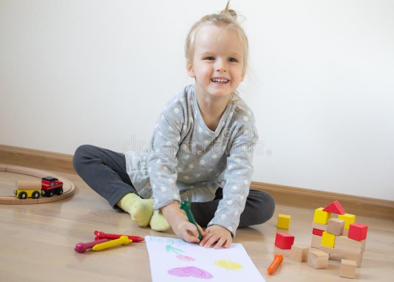 Kaukasisch Meisje die Kleurrijk Potlood thuis Vroeg Onderwijs schilderen die voor Schoolkleuterschool voorbereidingen treffen stock afbeelding
