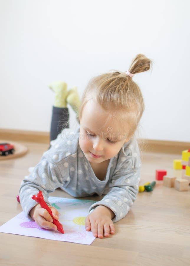 Kaukasisch Meisje die Kleurrijk Potlood thuis Vroeg Onderwijs schilderen die voor Schoolkleuterschool voorbereidingen treffen stock foto