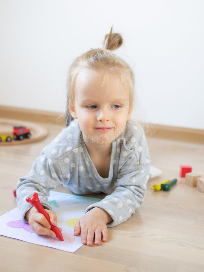 Kaukasisch Meisje die Kleurrijk Potlood thuis Vroeg Onderwijs schilderen die voor Schoolkleuterschool voorbereidingen treffen royalty-vrije stock foto