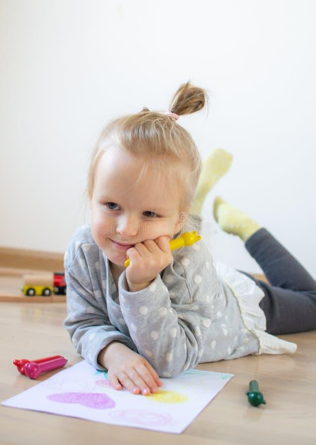 Kaukasisch Meisje die Kleurrijk Potlood thuis Vroeg Onderwijs schilderen die voor Schoolkleuterschool voorbereidingen treffen stock foto's