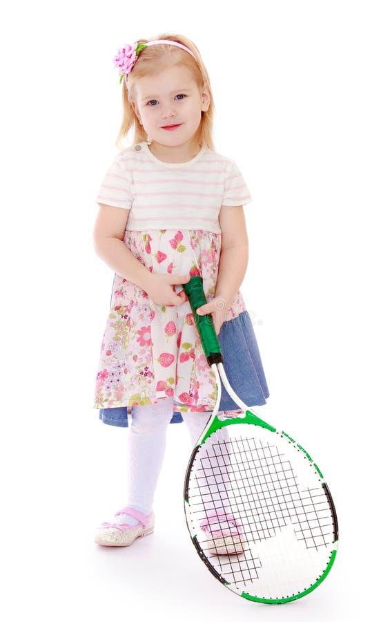 Kaukasisch meisje met een grote tennisracket stock foto's