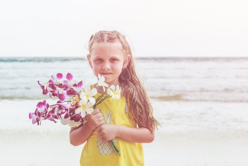 Kaukasisch meisje van de holdingsananas van Europa met gelukkige a royalty-vrije stock foto