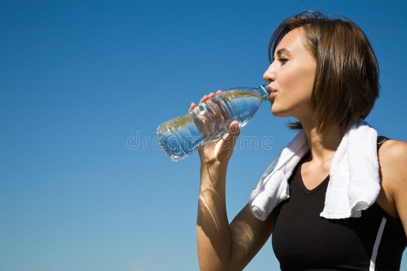 Kaukasisch meisjes drinkwater na oefening royalty-vrije stock afbeelding