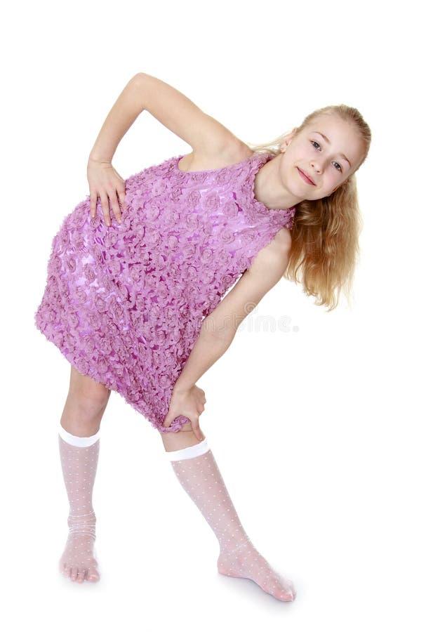 Kaukasisch modieus meisje in een mooie kleding stock foto