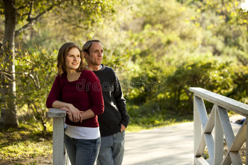 Kaukasisch paar in liefde op openlucht houten brug royalty-vrije stock foto