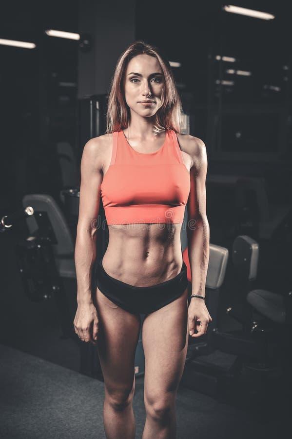 Kaukasisch sexy geschiktheids vrouwelijk model in gymnastiek dichte omhooggaande abs royalty-vrije stock foto's