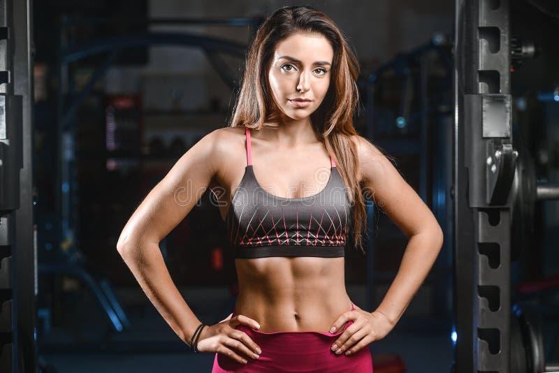 Kaukasisch sexy geschiktheids vrouwelijk model in gymnastiek dichte omhooggaande abs stock foto