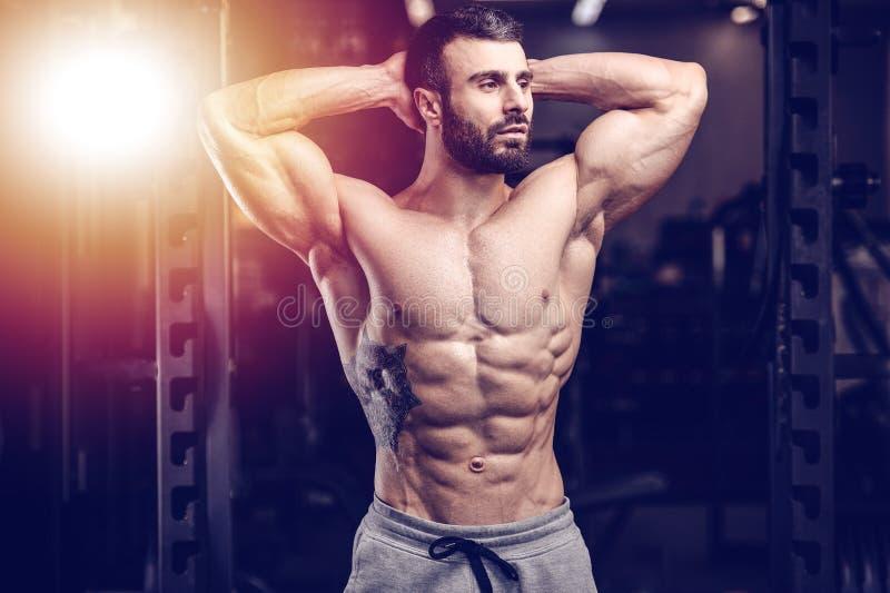 Kaukasisch sexy geschiktheidsmodel in gymnastiek dichte omhooggaande abs stock fotografie