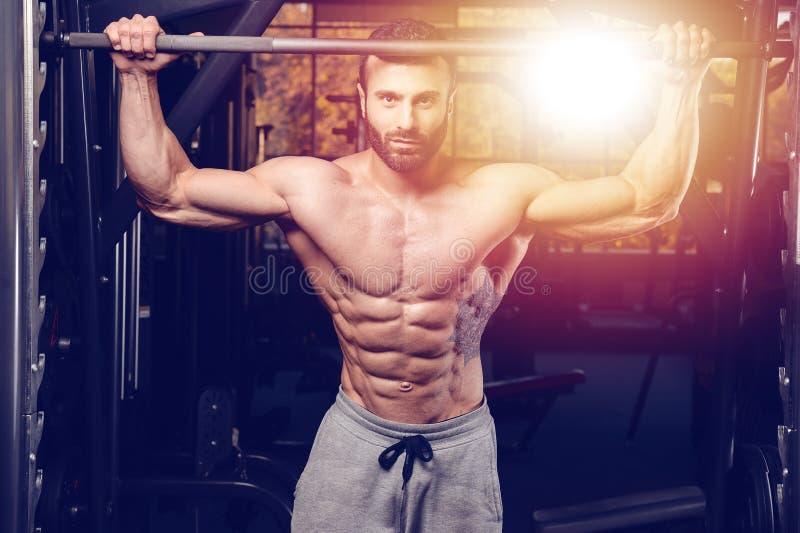 Kaukasisch sexy geschiktheidsmodel in gymnastiek dichte omhooggaande abs royalty-vrije stock foto