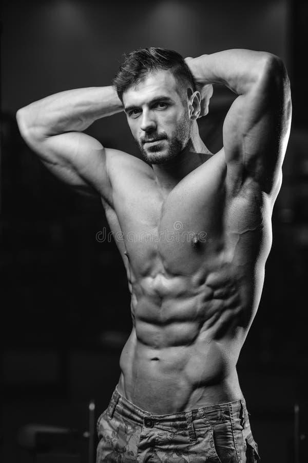 Kaukasisch sexy geschiktheidsmodel in gymnastiek dichte omhooggaande abs royalty-vrije stock fotografie