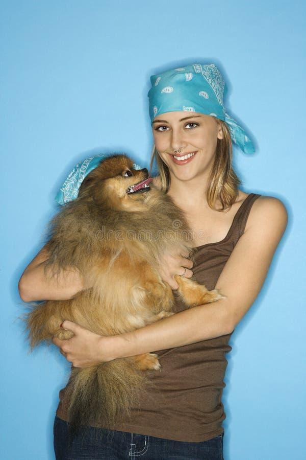 Kaukasisch tienerwijfje met hond royalty-vrije stock afbeeldingen