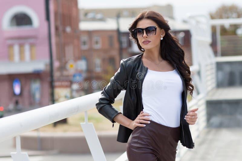 Kaukasisch vrouwelijk model in wit overhemd in openlucht royalty-vrije stock foto's