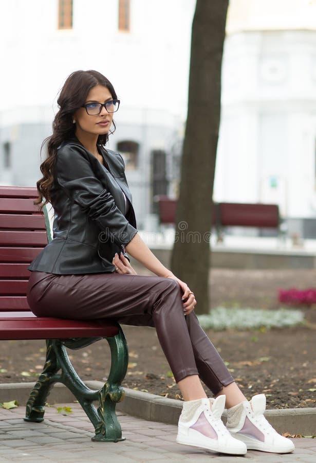 Kaukasisch vrouwelijk model in wit overhemd in openlucht stock foto