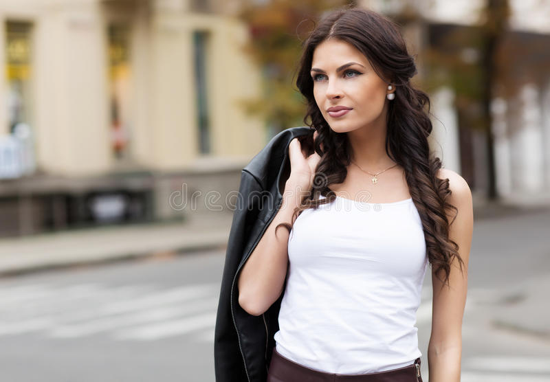 Kaukasisch vrouwelijk model in wit overhemd in openlucht royalty-vrije stock foto