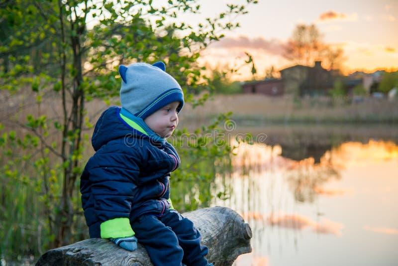 Kaukasisch waggel in openlucht jongen dichtbij meer in de lente royalty-vrije stock fotografie