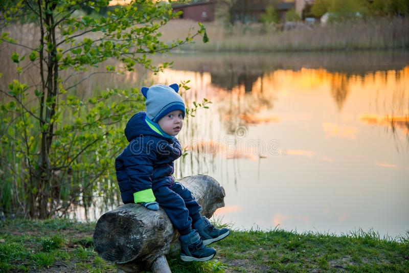 Kaukasisch waggel in openlucht jongen dichtbij meer in de lente royalty-vrije stock afbeelding