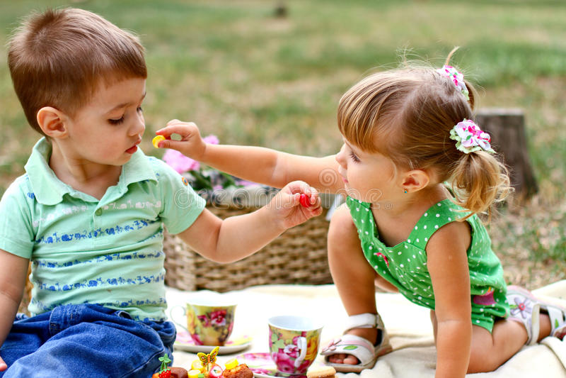 Kaukasisch weinig jongen en meisje die snoepjes eten royalty-vrije stock fotografie