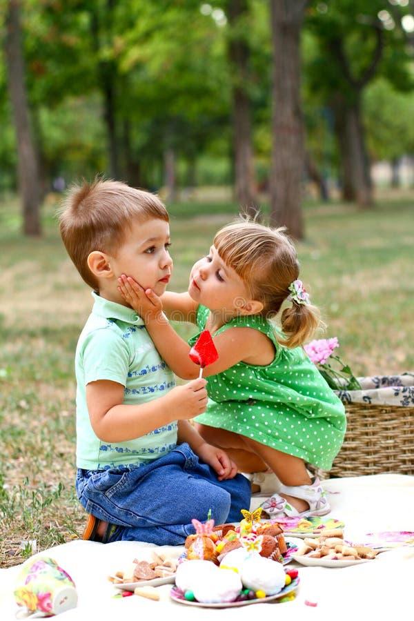 Kaukasisch weinig jongen en meisje die snoepjes eten royalty-vrije stock afbeelding