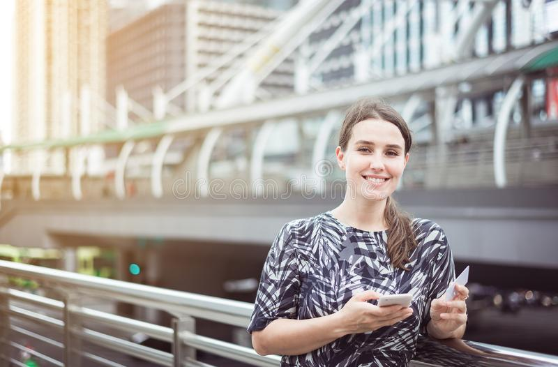 Kaukasisch wijfje die online met haar smartphone, creditcard en het kijken winkelen camera royalty-vrije stock afbeeldingen