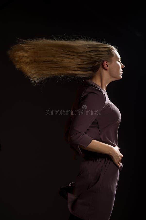 Kaukasisch wit vrouwelijk modelportret De wind die het lange blondehaar op mooi meisje wegblazen Schot van de vrouwen het stellen royalty-vrije stock foto