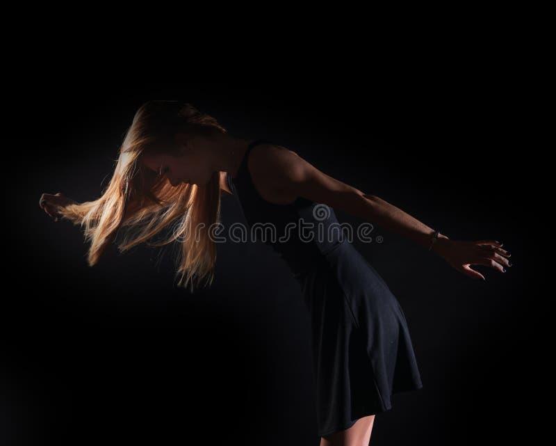 Kaukasisch wit vrouwelijk modelportret De wind die het lange blondehaar op mooi meisje wegblazen royalty-vrije stock afbeelding