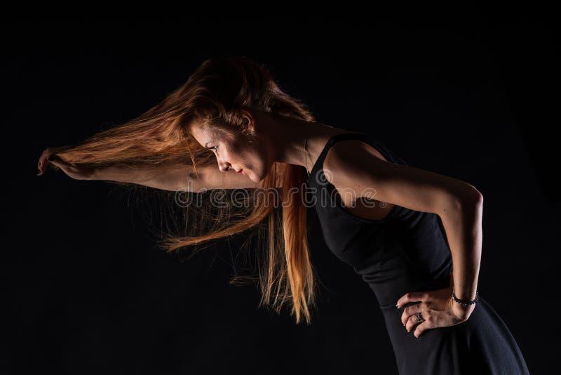 Kaukasisch wit vrouwelijk modelportret De wind die het lange blondehaar op mooi meisje wegblazen stock afbeeldingen