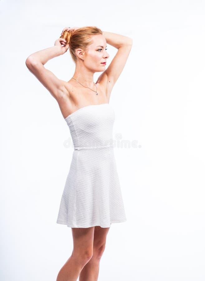 Kaukasisch wit vrouwelijk modelportret Mooi meisje, lang rood haar stock fotografie