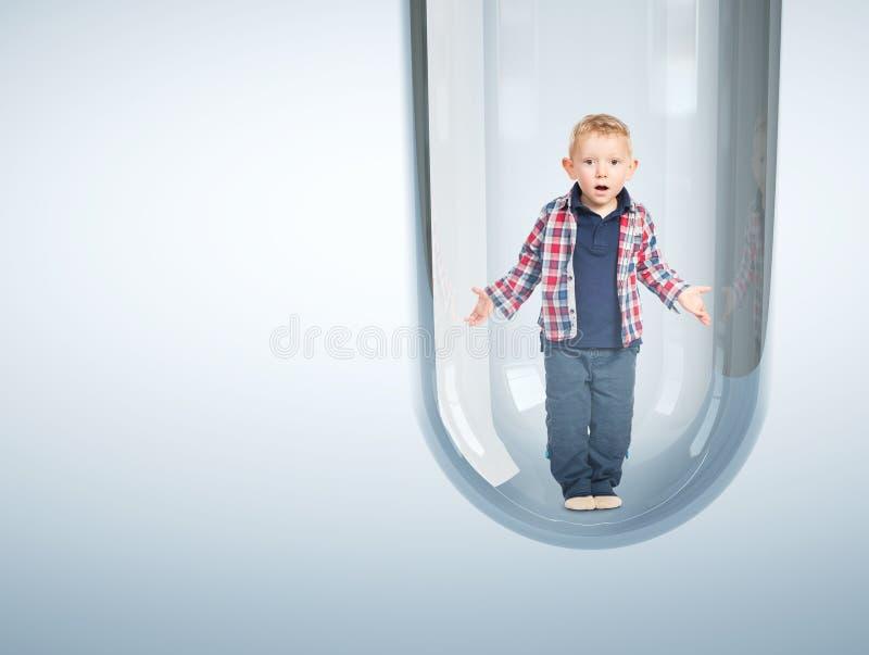 Kaukasische baby in 3d reageerbuis stock foto's
