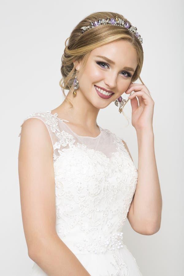 Kaukasische Braut der Junge recht im Hochzeitskleid lizenzfreie stockfotografie